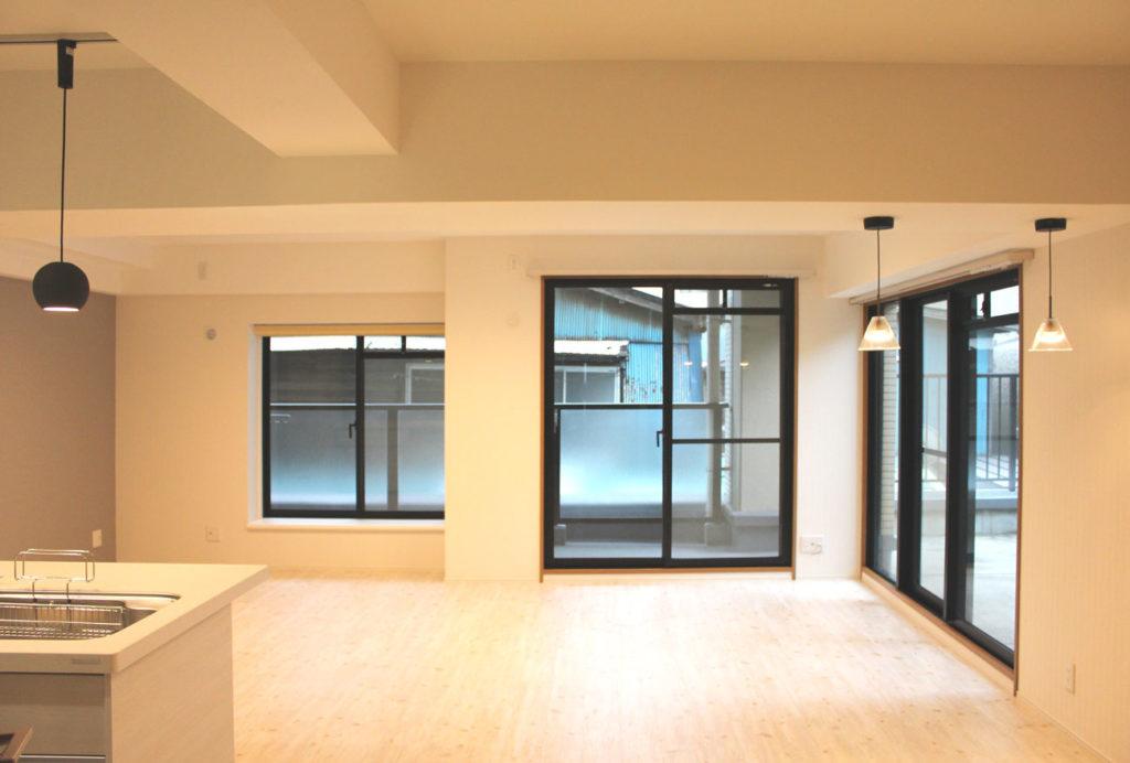 壁・天井は白を基調とし、床はナチュラルなホワイトパインを張り、心地よく優しい雰囲気を醸し出しました。