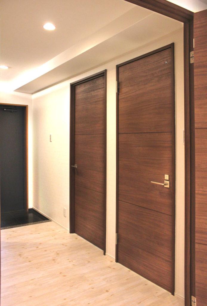 出入り口の扉は、落ち着いたダークトーンでシック引き締まった印象を与えます。