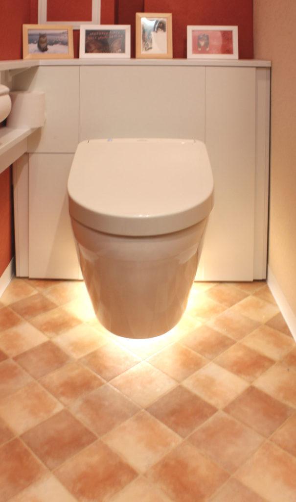 トイレは、クロス・床の貼り替えとフロートタイプのTOTOレストパネルを設置しました。浮遊感のある見た目と照明で雰囲気のあるトイレに。