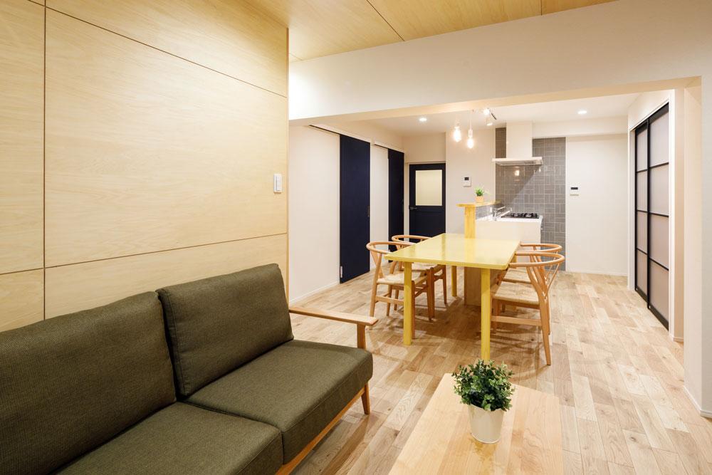 リビングの天井と壁の木目がナチュラルで心地よい雰囲気を作ります。