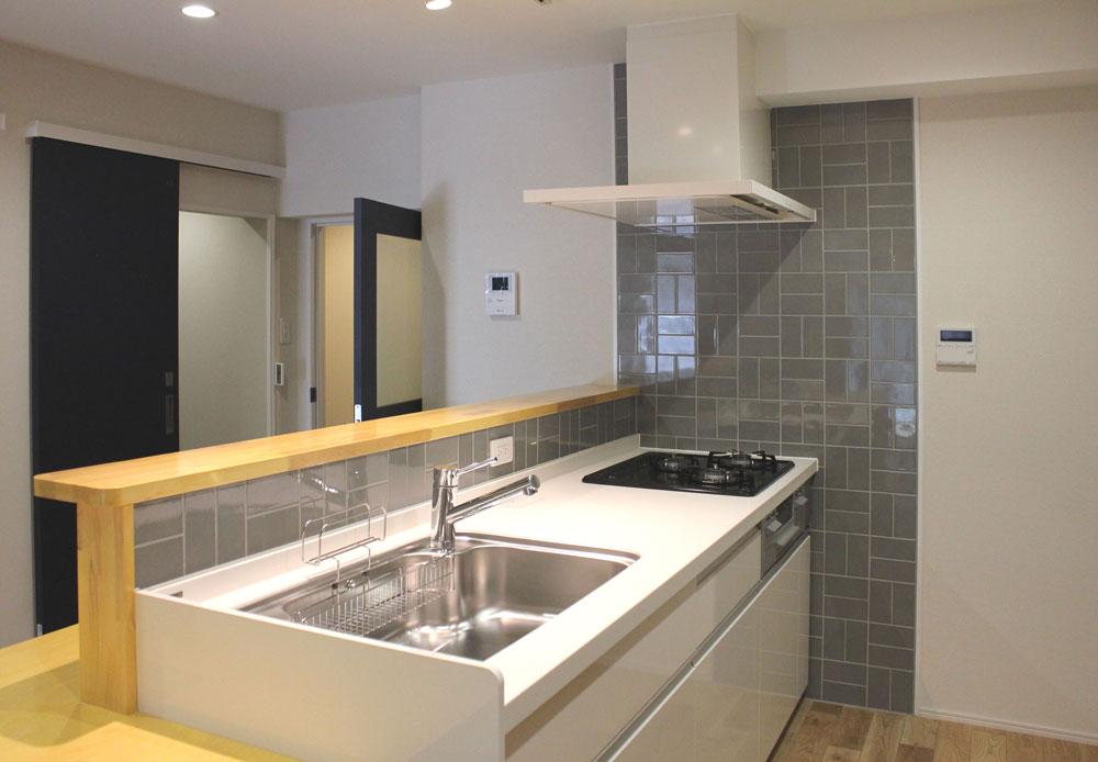 グレータイルとナチュラル色の木目で清潔感のある明るいキッチンになりました。