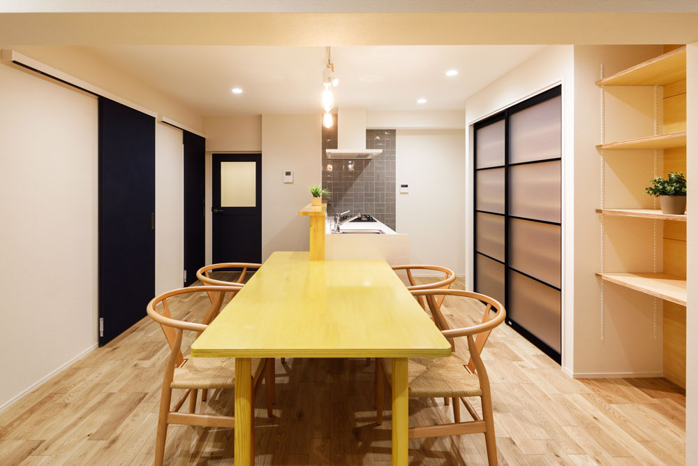 ガラス扉のキッチン収納は可動式棚で大容量です。