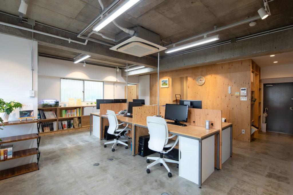コンクリートの床・天井をむき出しにし、針葉樹合板を内装仕上材として使用しました。