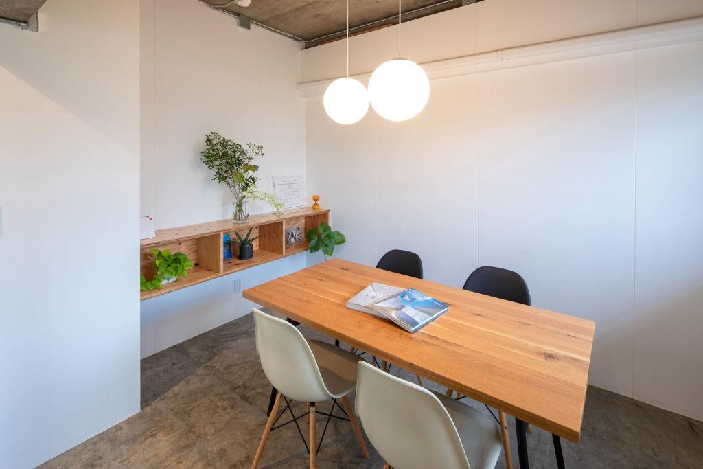 白い塗り壁に針葉樹合板の造作棚が良いアクセントとなっています。
