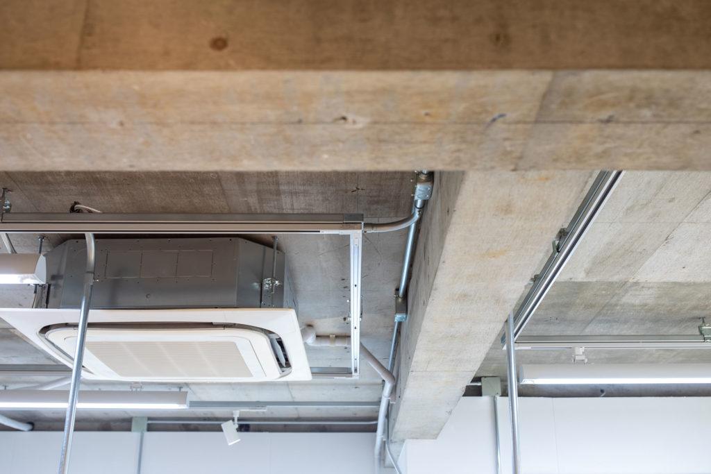 スケルトン天井の電気類の配線も、スチール製の配管部材ですっきりとまとめられています。