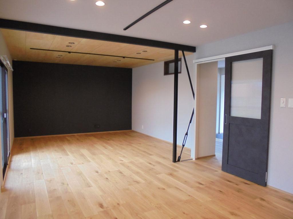 間仕切壁を取り、オープンなLDKに。開放感がありつつ、アクセントカラーの黒によってキリッと引き締まった印象になりました。