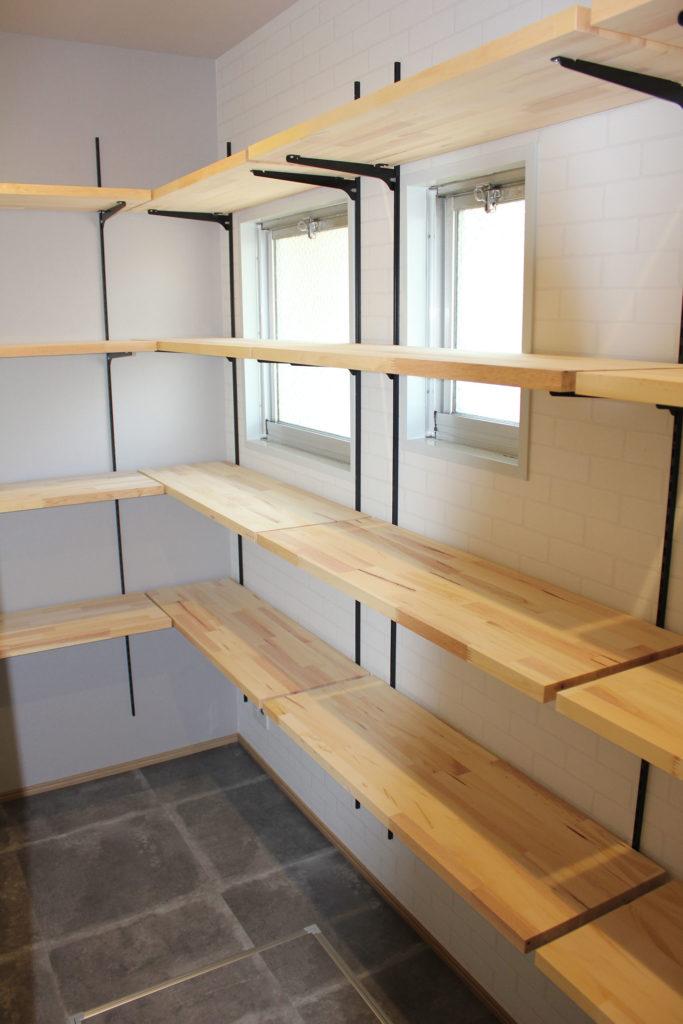 キッチン横には、限られた空間に収納力高めのパントリーを設置。キッチンからしか覗けない秘密の収納スペースです。