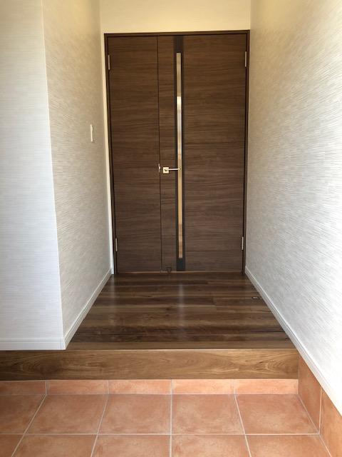 キッチン真横だった扉から変更し、玄関を開けてすぐにLDK中心へ抜ける親子ドアが設置されました。
