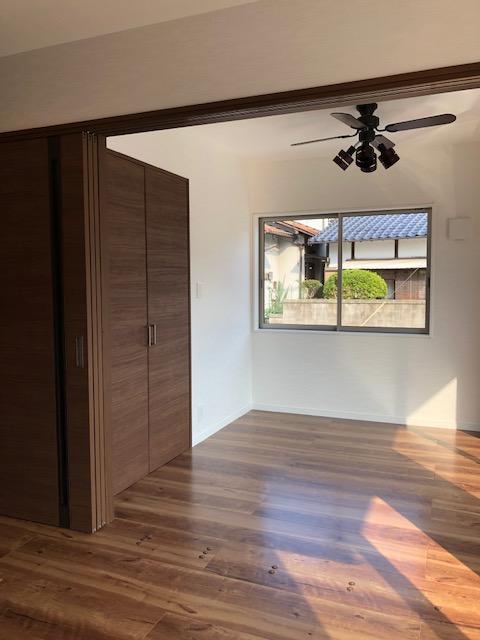 お客様の希望に合わせて和室から洋室になりました。LDKと一体になるように3枚建の引戸を設置しました。建具や床の色はLDKと揃えて、大人シックな空間を演出しています。