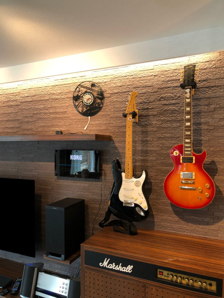 ギターも壁に掛けられるようになりました。お洒落で調湿や消臭効果のあるLIXILの商品エコカラットを張りました。
