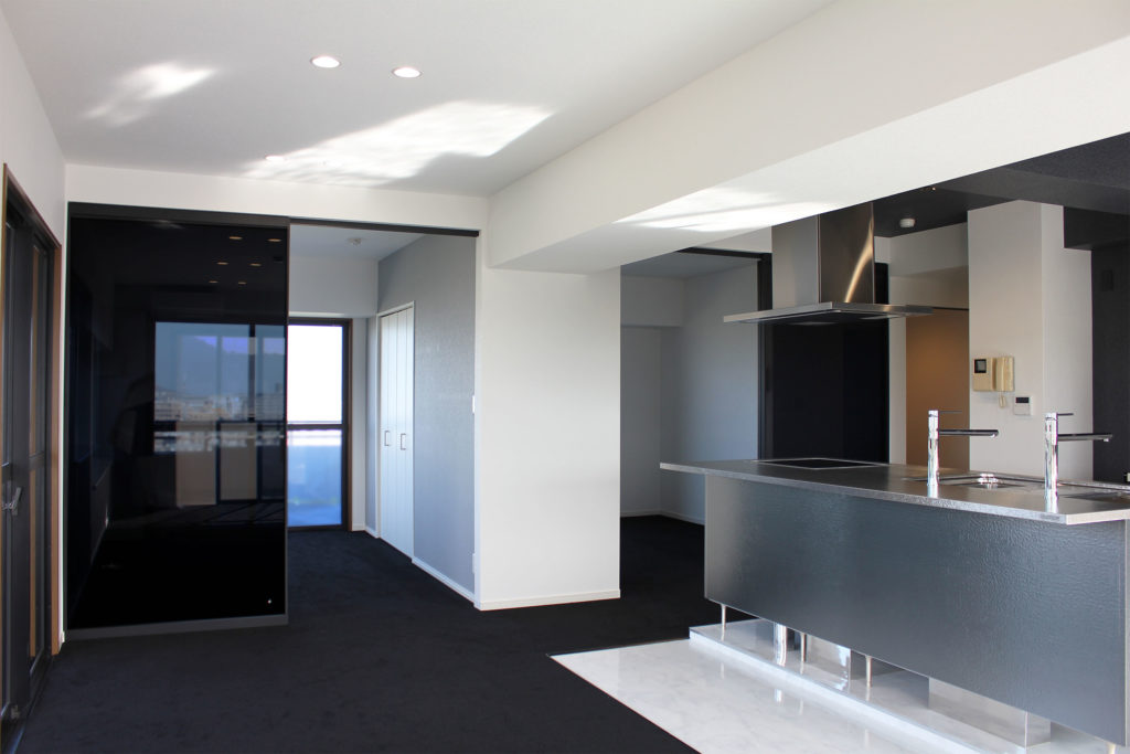 LDKに繋がる洋室2部屋は大きなガラスの間仕切戸で仕切られています。扉でしっかりと空間を分けつつも、ガラスの透明度によって奥行きを感じることが出来ます。