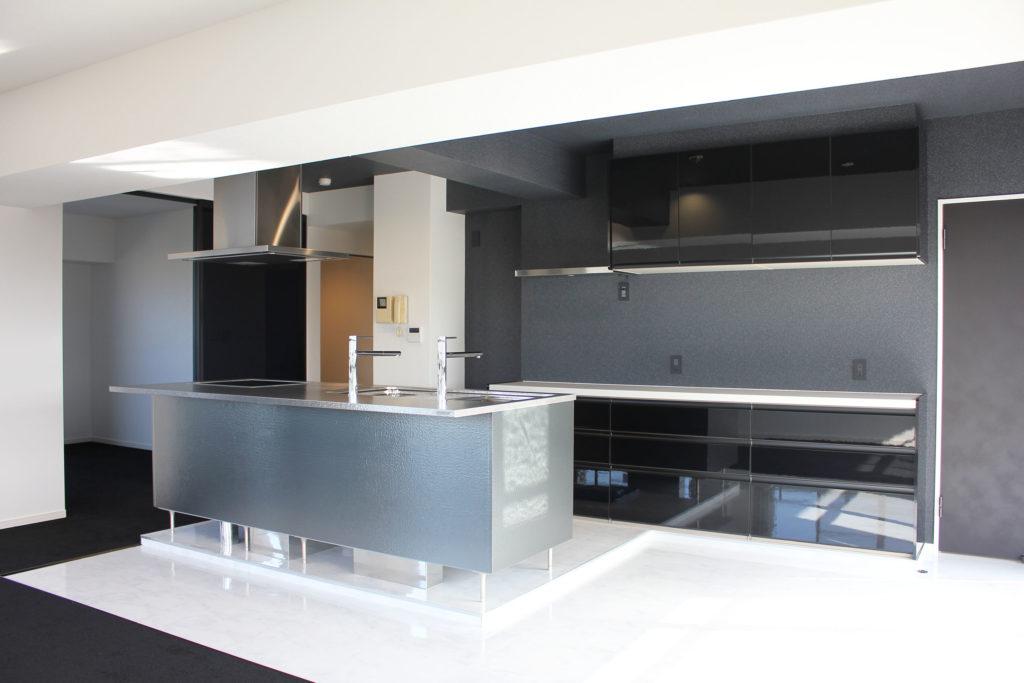 以前のキッチンの位置から大幅に移動し、トーヨーキッチンのアイランド型キッチンを採用しました。背面収納にはLIXILのカップボード、サンワカンパニーのステンレス棚を設置しました。