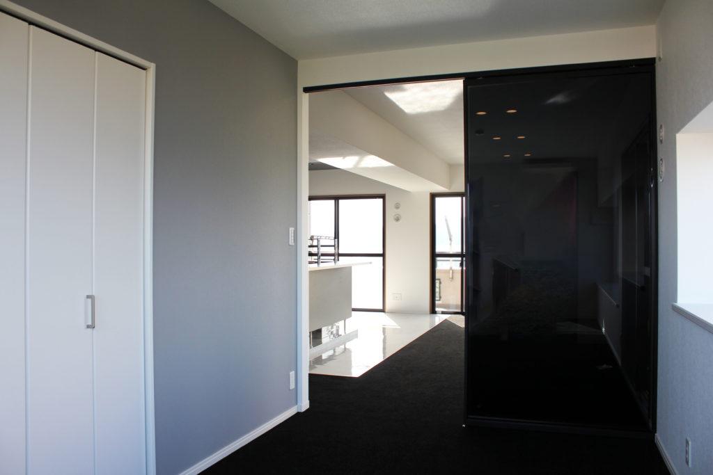 お部屋は全てモノトーンカラーで統一していますが、お子さまのお部屋には上品なブルーグレーの壁紙をアクセントに取り入れました。