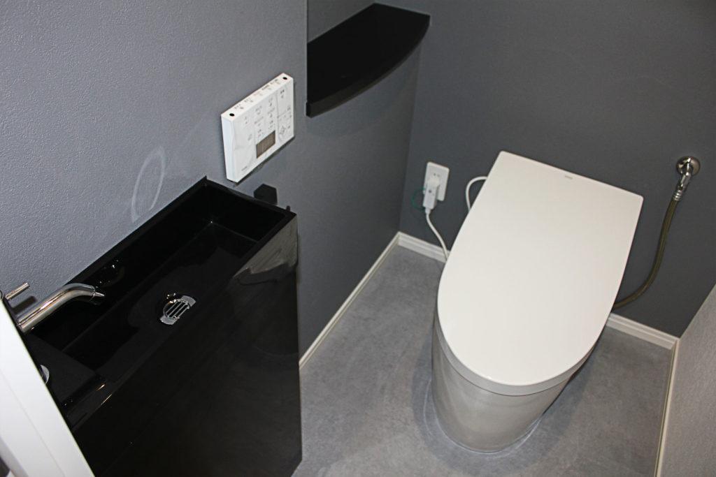 お客様とサンプルを重ね合わせながら、床材や壁紙を決めていきました。何度も色合いを探ったことで、トイレや手洗台のカラーが映える空間となりました。