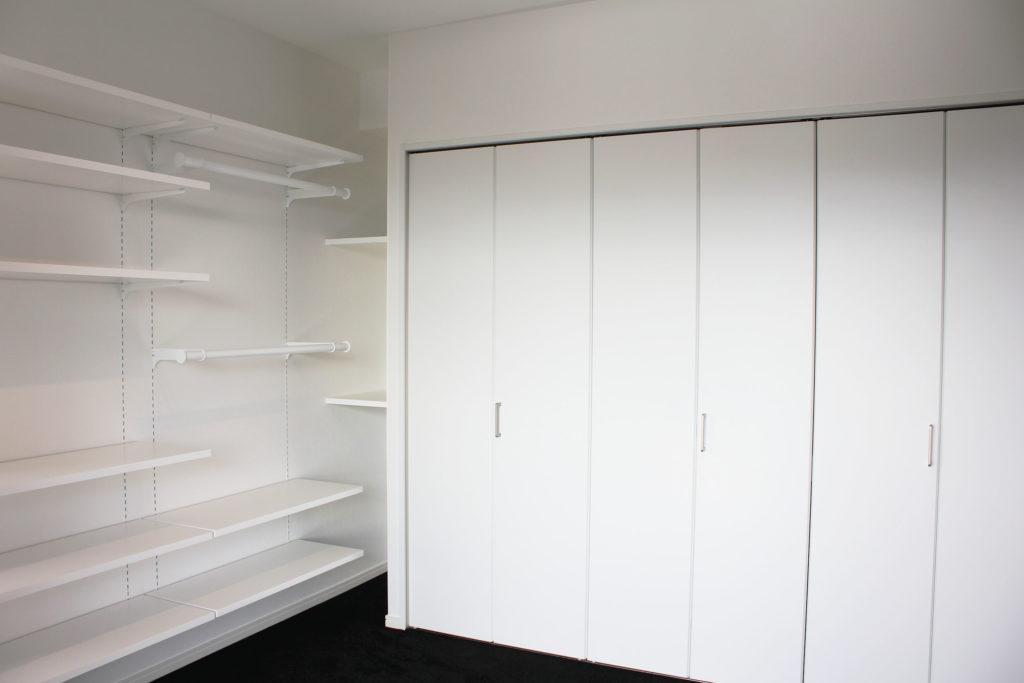 「収納が沢山欲しい」という要望から、クローゼットのほかにも荷物の大きさに合わせた固定棚や可動棚を取り付けました。