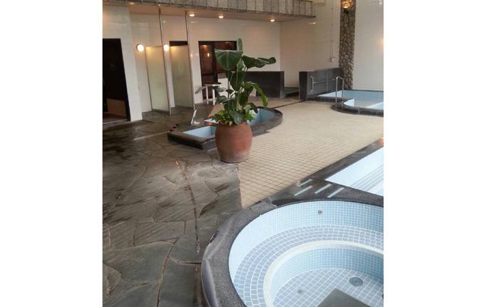 浴槽内と壁のタイルを張り替え、明るく清潔感のある雰囲気に