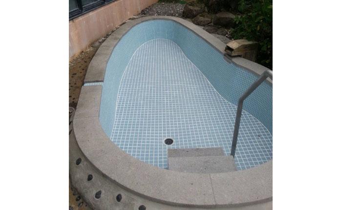天風呂もタイル張りにし、安全性と お湯の透明感を高めました。