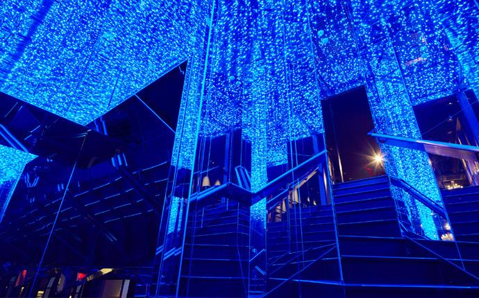 8~9F階段:鏡とLED照明で囲まれたキラキラ空間に。