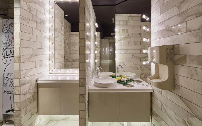 トイレ:床・壁にアクセントタイルを使用して清潔感のある雰囲気に。