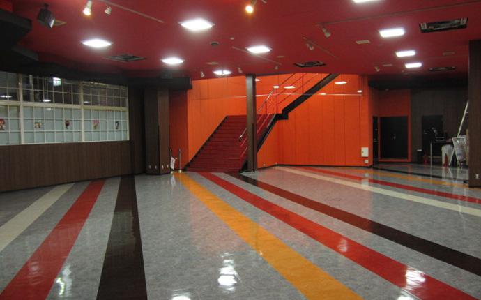 床タイル・壁クロス貼り替え、天井塗装、照明取替をしています。