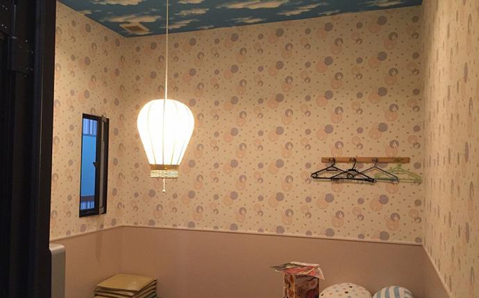 キッズルームの様子:キャラクタープリントの壁紙を張り、可愛い気球型のペンダントを吊りました。