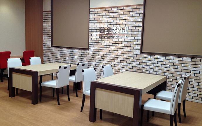 ホール:内装デザインと調和するオリジナル家具を製作。