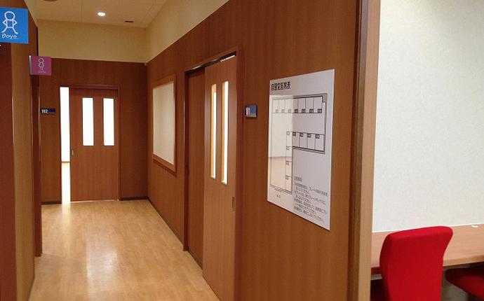 廊下:明るい木目調にノンワックスの床貼り。掲示板も自社製作。
