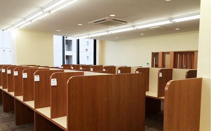 自習室:隣席との間にパネルを組み込んだ連結式デスクを設置。