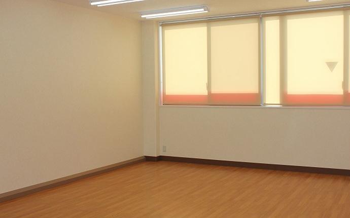 教室:汚れ防止クロス使用。幅木は机の衝突防止の形状に設計。