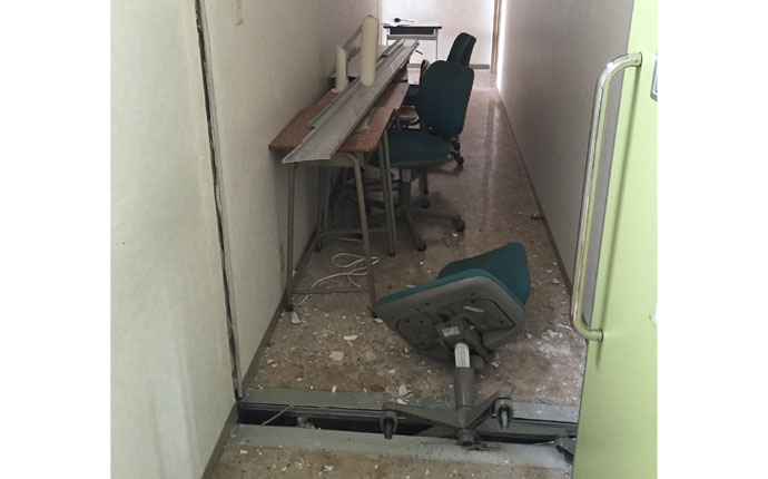 震災直後:廊下の様子 増築部分の繋ぎ目が裂け穴が開いていました