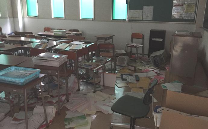 震災直後:教室の様子 何もかもが大きく移動して地震の凄さを物語っていました。