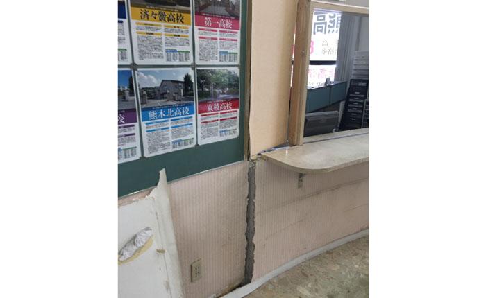震災直後:受付の様子  受付の壁は大きくずれて破壊されていました