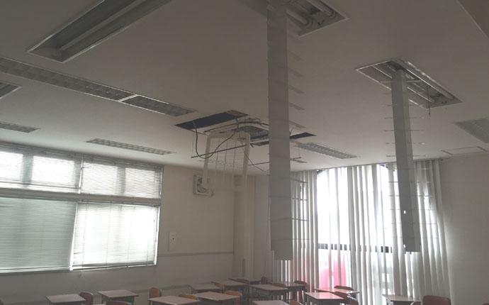 震災直後:教室の様子 天井からは照明器具が外れ机が散乱していました。