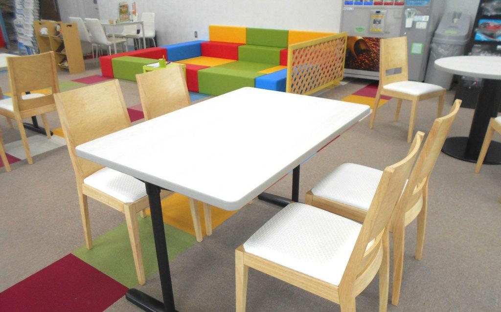 接客、打合せテーブルはデザインもバラバラだったのでカフェスタイルに変身!