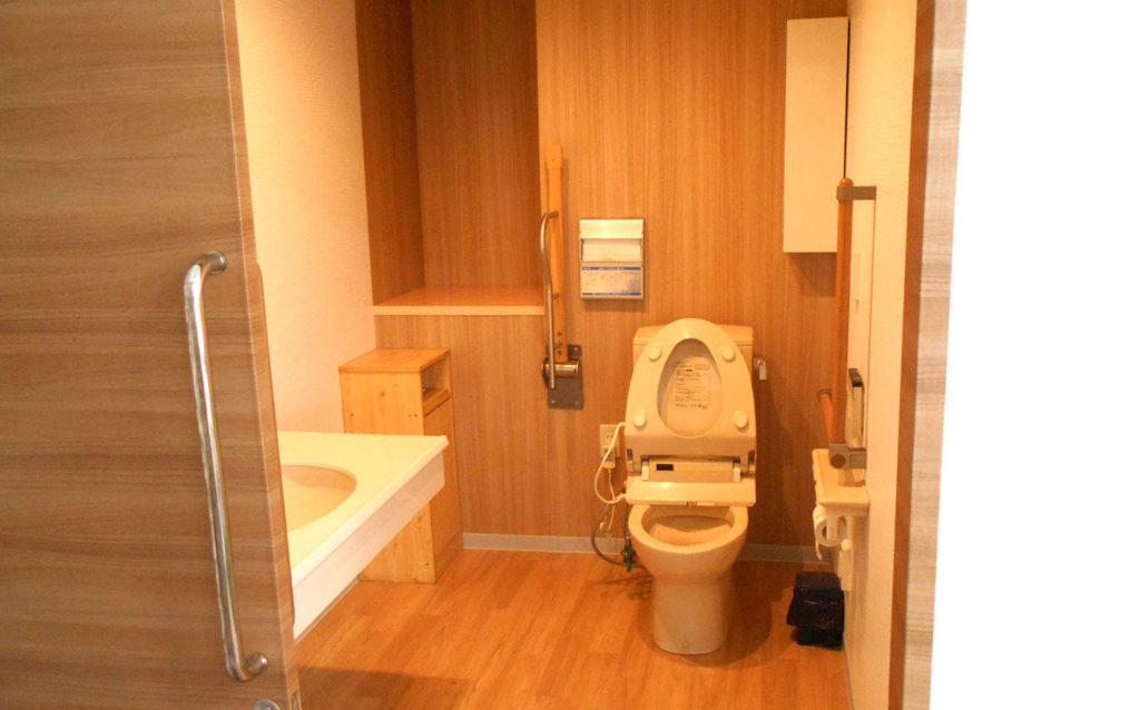 トイレは元々広かったので床、壁、天井を綺麗にしました。