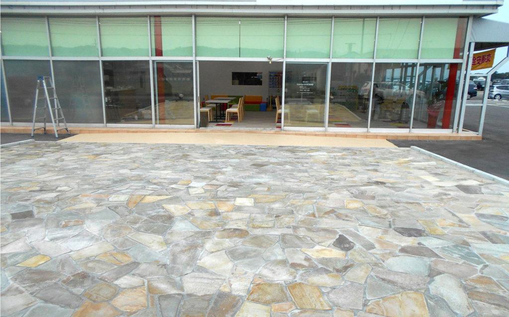 今回、外部展示スペースも新設しました。石材のランダム張りで耐久性もバッチリです。