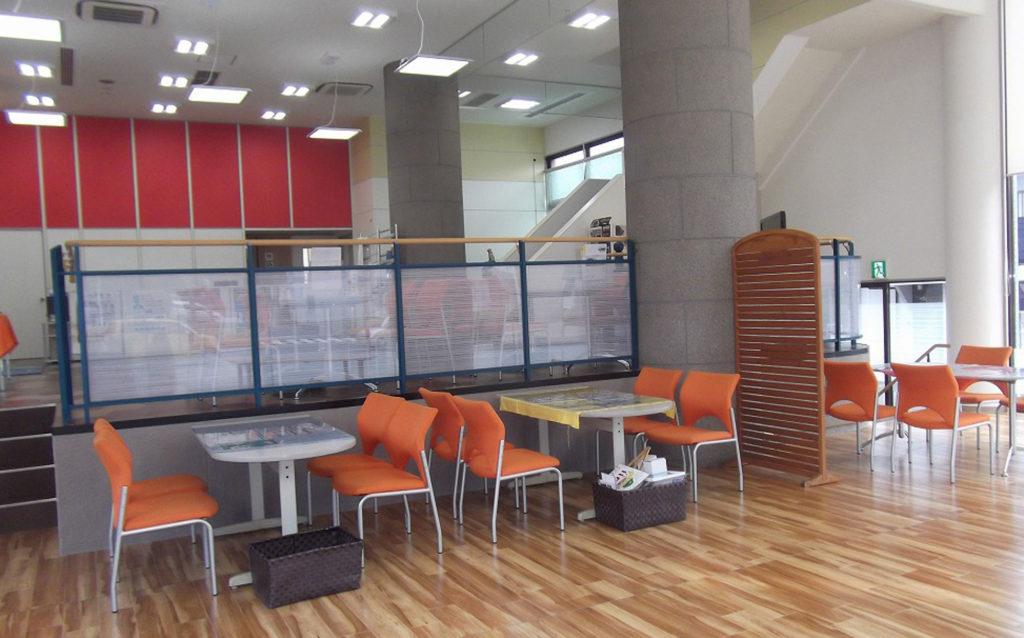 2ブロックに分かれているショールームで手摺は取替、新規製作しました。