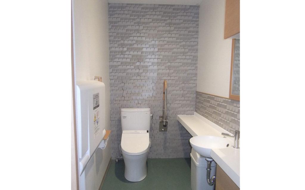 店内トイレ:ショールーム内のトイレは、既存のブースをとり、身障者対応の手摺を取付てお年寄りにもやさしく。