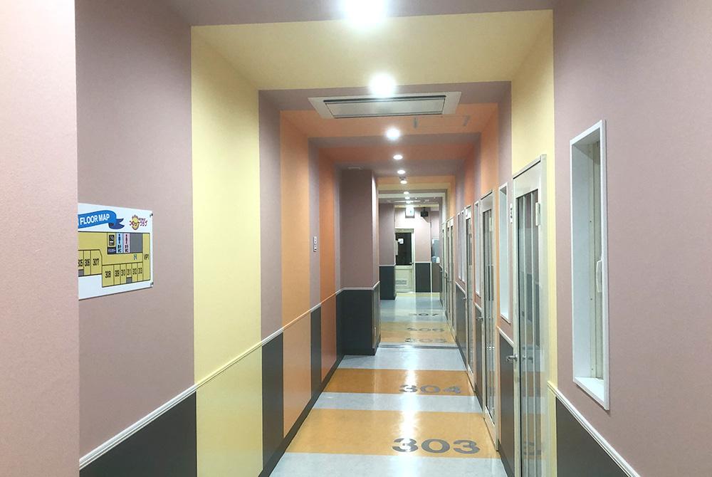 うわさの超ながい廊下!床にルームナンバーを書いて機能性・デザイン性共に配慮しています。