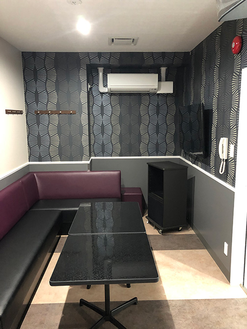 VIPルームは落ち着いた空間。プロジェクターもついてますよ