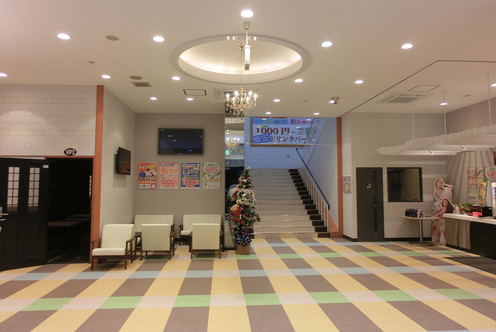 店内の様子1:広い玄関ホールはLEDダウンを増設し明るくなりました。