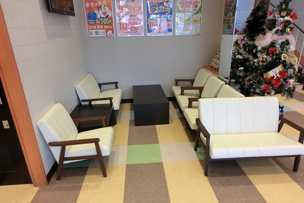 店内の様子3:待合スペースのソファーセットも白のモダンに変更しました。