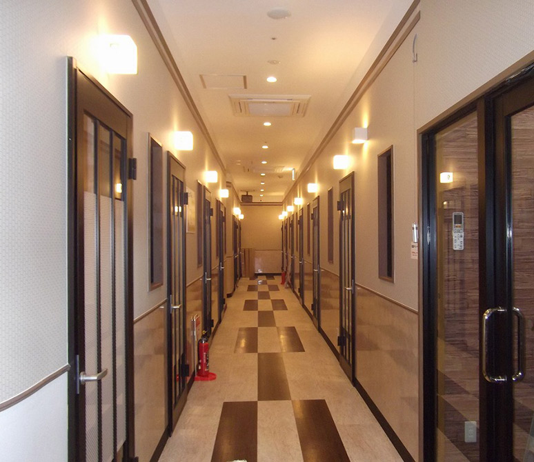 店内の様子3:廊下は単調になりがちなので、壁面ブラケットと化粧モール、腰部分の張り分けと床の張り分けで変化をつけました。、