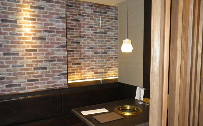 壁面はレンガタイルでこだわりの仕上げ。