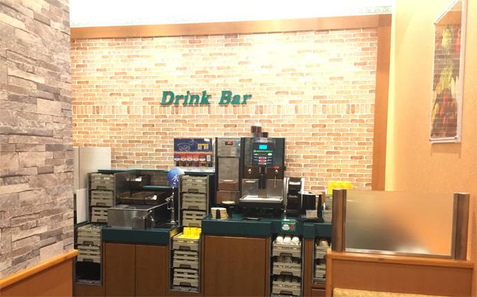 ブリックタイルを使ったドリンクバーでお好みの飲み物をチョイス