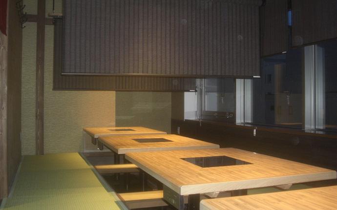 可動式経木スダレと可動床板で宴会にも対応可能の小上がり席。