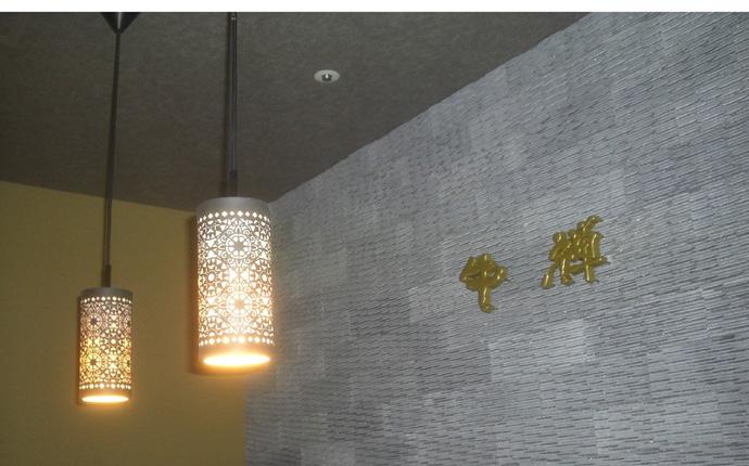 エントランスのタイル壁面にはゴールドの立体サインを設置。シンプルですが品良く演出しました。