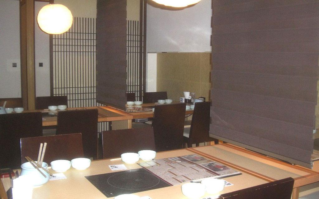 店内、ホール席はグループに合わせてテーブルを移動します。
