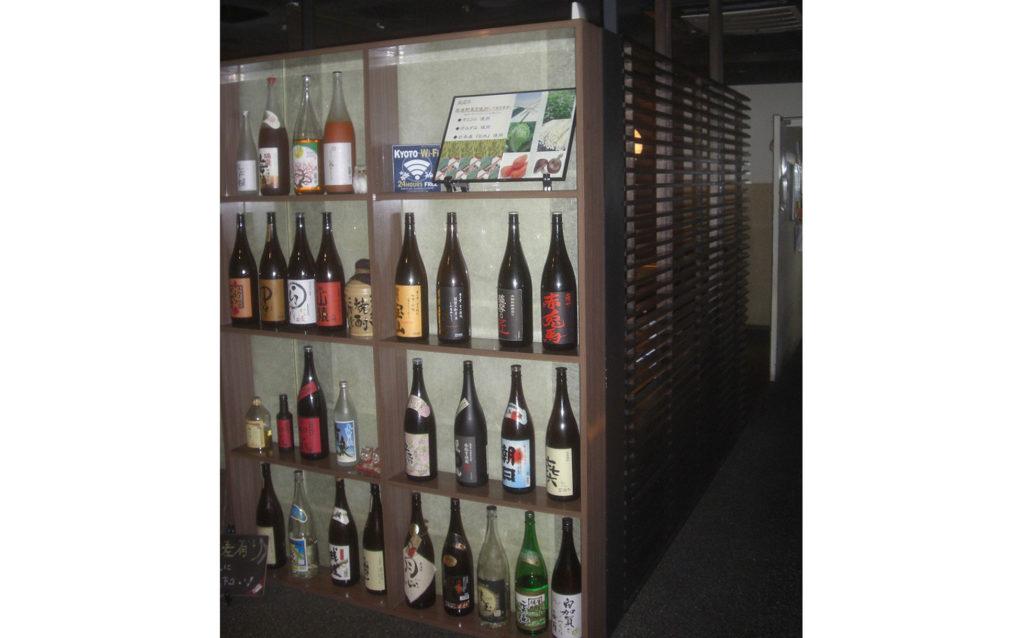 ボトル棚も収納量を増やし、客席との目隠し兼用としました。