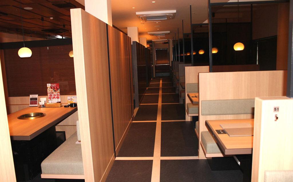 客室と通路です。パーテーションで目線を遮ることで落ち着く空間になっています。